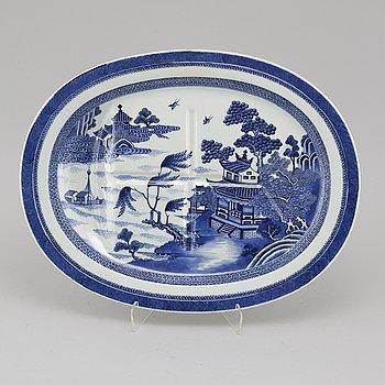 UPPLÄGGNINGSFAT, porslin, Kina, Chia Ching, omkring år 1800.