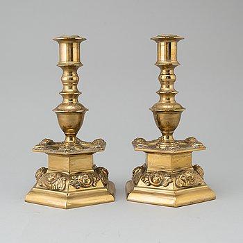 LJUSSTAKAR, ett par, mässing, barockstil, 1900-talets första hälft.