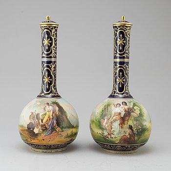 VASER, ett par, porslin, Wien, 1800-talets slut.