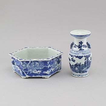 A bowl from around year 1900 and a urn from around year 1800, pocelain, Kina.
