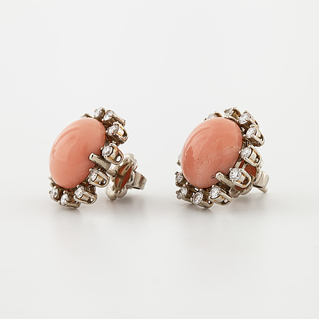 Örhängen, med korall och briljantslipade diamanter, totalt ca 0.50 ct.