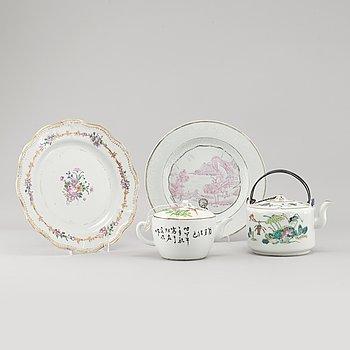 TALLRIKAR, 2 st, samt TEKANNOR, 2 st, porslin, Kina, 1700- och 1900-tal.
