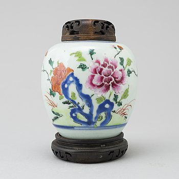 A Chinese porcelain ginger jar, 18th Century.