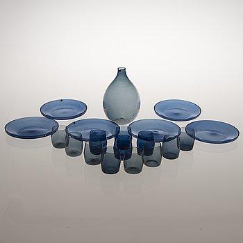 "TIMO SARPANEVA, ""Fågelflaska"", 12 glas och 6 st assietter, i-linjen, Iittala, 1950-1960-tal."