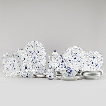"""SERVISDELAR, porslin, 46 delar, """"Musselmalet"""", Royal Copenhagen samt Bing & Grøndahl, 1900-tal."""