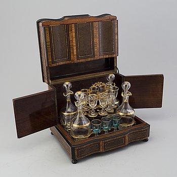 SCHATULL, för karaffer och glas, omkring år 1900.