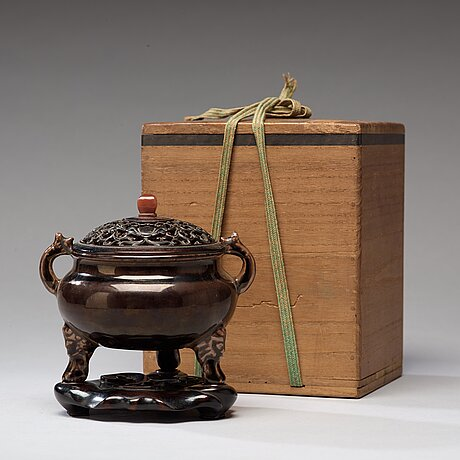 A brownish black-glazed censer, qing dynasty (1644-1912).