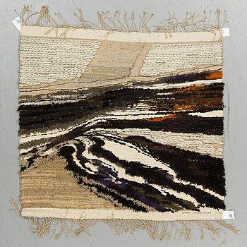 """VÄVD TAPET, """"Hemligt sorl i rotsystemet"""", ca 116 x 124,5 cm, signerad Mary Moeschlin."""