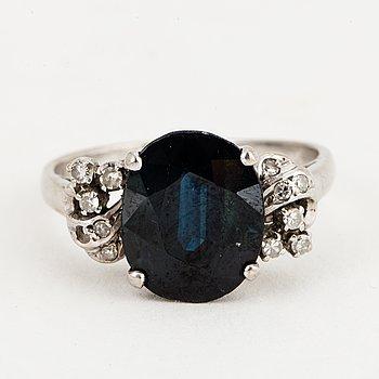RING, 18K vitguld med en safir ca 4.70 ct och 11 små diamanter 8/8.