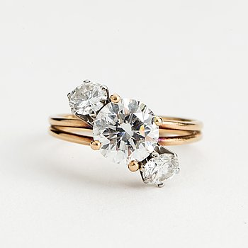 RING, 18K gold with one diamond >2 cts and two diamonds each approx. 0.50 cts.