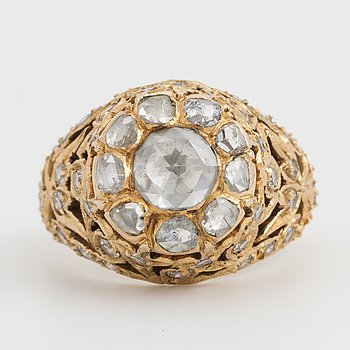 RING, 18K guld med diamanter 8/8 ca 0.60 ct och 10 rosenstenar i karmoségruppering.