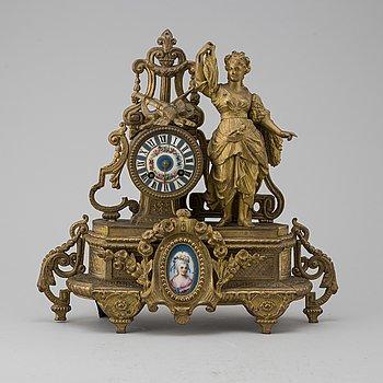 BORDSPENDYL, Louis XVI-stil, omkring 1900.