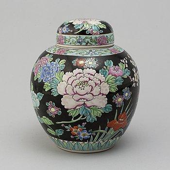 URNA MED LOCK, porslin, Kina, 1900-tal. Modern tillverkning.