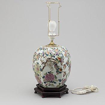 BORDSLAMPA, porslin, Kina, 1900-tal. Modern tillverkning.