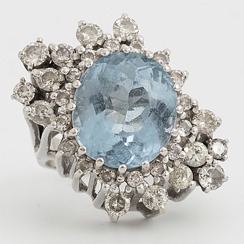 COCKTAILRING, med topas och diamanter.