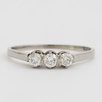 RING, med tre briljantslipade diamanter.