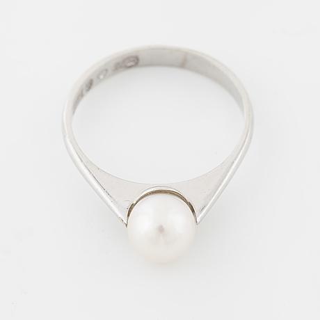 A cultured pearl ring by  svedboms, vetlanda
