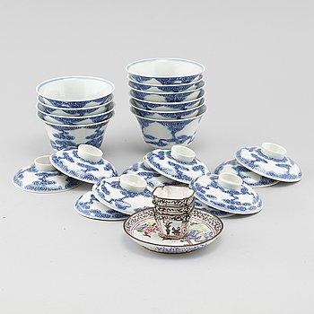 PARTI PORSLIN, 4 delar i emalj, 10 delar porslin, Kina, 1900-tal.