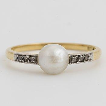 RING, 18K guld och platina med en sannolikt orientalisk boutonpärla + 6 små diamanter.