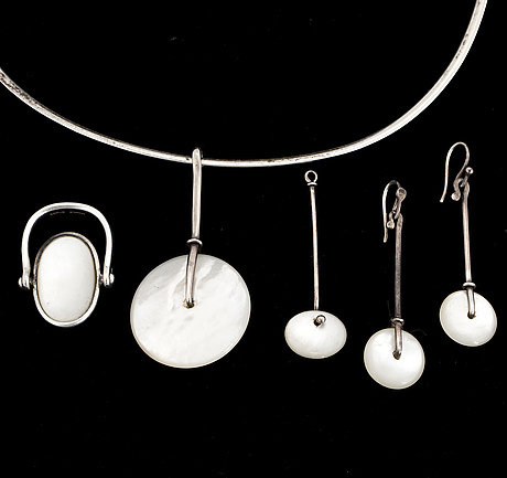 A set of vivianna torun bülow hübe, necklace, ring and a pair of earrings, silver with mother of pearl