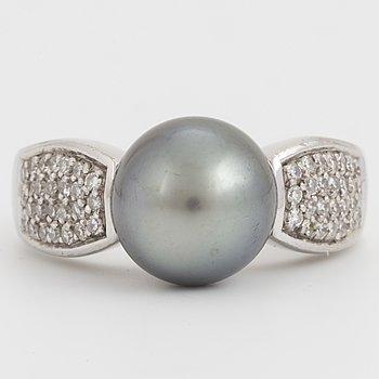 BUCHERER, Ring med odlad Tahiti pärla och diamanter.