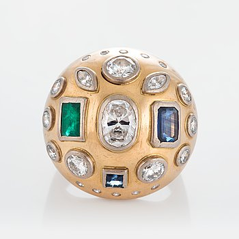 An 18K gold ring set with brilliant- and single-cut diamonds ca 3 cts and faceted sapphires and an emerald.
