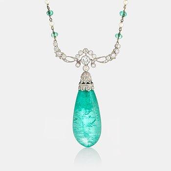 951. Collier med en droppformad smaragd mått ca 14.8 X 13.7 X 33.0 mm.
