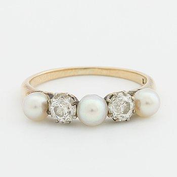 RING 14K guld m 3 odlade pärlor ca 4,2 mm och 2 gammalslipade diamanter totalt ca 0,5 ct.