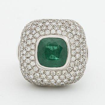 SMARAGDRING, 18K vitguld 1 smaragd ca 10 x 10 mm samt briljanter ca 3,5 ct.