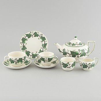 """15 pieces of porcelain tableware from Wedgewood, model """"Napoleon Ivy"""", 20th century."""