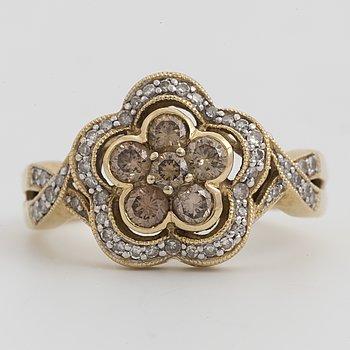 RING, 14 K guld med bruna briljantslipade diamanter, tot 0.45 ct samt briljantslipade diamanter, tot 0.35 ct.