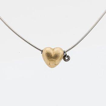 OLE LYNGGAARD HALSBAND, halv-stel vajer i 18K vitguld med lås/hänge i form av ett hjärta i 18K guld.