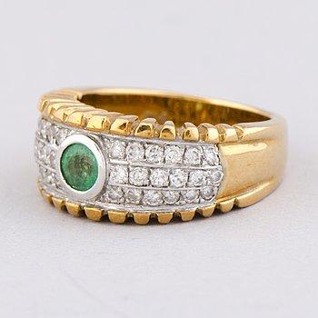 RING, fasettslipad smaragd, briljantslipade diamanter, 18K guld och vitguld.