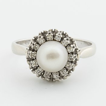 RING 18K vitguld med 1 odlad pärla ca 7 mm och diamanter 8/8 ca 0,10 ct.