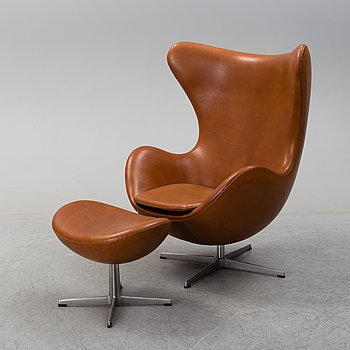 An 'Ägget' easy chair with stool by Arne Jacobsen, Fritz Hansen.