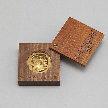 A memory medallion of king Carl XVI Gustaf, 1973. 18 carat gold, weight 70 grams.