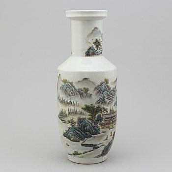 VAS, porslin. Kina, 1900-talets andra hälft. Signerad Zhang Zhitang.