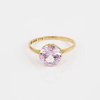 RING, med syntetisk rosa safir.