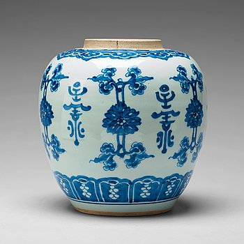 A large blue and white jar, Qing dynasty, Kangxi (1662-1722).