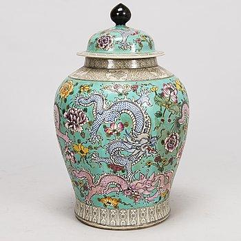 URNA MED LOCK, porslin, Kina 1900-talets slut.