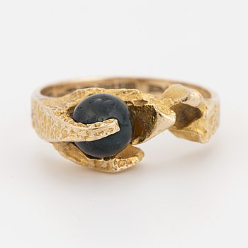 BJÖRN WECKSTRÖM, A 14K gold and moss agate ring. Lapponia 1970.