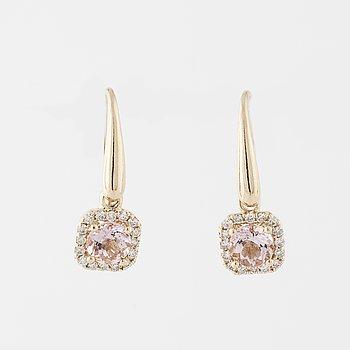 ÖRHÄNGEN, med fasettslipade morganiter totalt ca 1.60 ct samt briljantslipade diamanter totalt ca 0.38 ct.