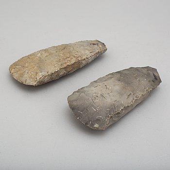 YXOR, 2 st, tunnackiga, av huggen grå flinta, tidig-mellan neolitikum.