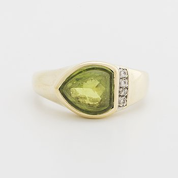 RING 14K guld m 1 peridot och briljanter ca 0,04 ct.