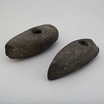 SKAFTHÅLSYXOR, 2 st, i grönsten, sen neoliticum.