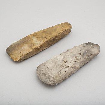 YXOR, 2 st, tjocknackiga av huggen  flinta, sen neolitikum.