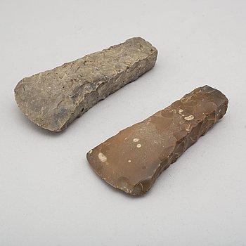YXOR, 2 st, bredeggade av huggen och slipad flinta.