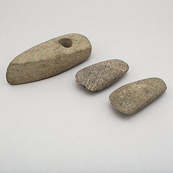 SKAFTHÅLSYXA och 2 TRINDYXOR, grönsten, neolitikum.