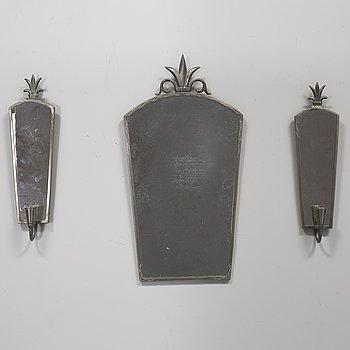 SPEGEL samt LAMPETTER, ett par, tenn, märkt N. Nordström samt spegeln daterad 1928.