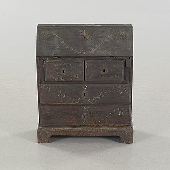 A miniature chest of drawers, around the year 1800.